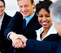 biznesmani podpisujący umowę