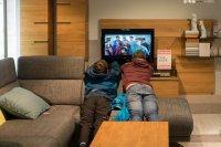 ludzie oglądający tv